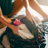 Sportmotivation: Frau packt Sporttasche