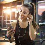 Sportmotivation: Frau hört Musik beim Sport