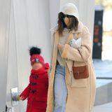 New Yorks coolstes Mutter-Tochter-Duo macht mal wieder die Straßen von Manhattan unsicher. Auf stylische Outfits bei Mutter Irina und süße Looks bei Tochter Lea ist einfach Verlass. Während das Topmodel gerne und oft auf teure Designer-Pieces setzt, hat sie sich dieses Mal für einen Strickpullover mit Kapuze von Mango entschieden, der mit seinem Preis von 50 Euro wirklich erschwinglich ist.