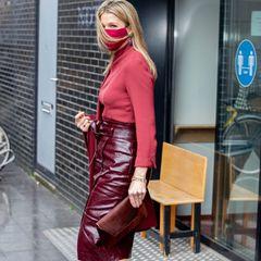 Der ganze Look von Königin Máxima ist perfekt aufeinander abgestimmt. Auch die High Heels von Gianvito Rossi treffen exakt den Farbton des burgunderfarbenen Lederrocks. Bereits beim Besuch einer Grundschule setzt die schöne Monarchin auf die luxuriöseNatan Couture, was angesichts der aktuellen Wirtschaftslage unpassend erscheinen könnte.
