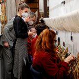 16. März 2021  Die KöniglicheTapisserie-Fabrik in Madrid feiert ihren300. Jahrestag. Interessiert schauen König Felipe und Königin Letizia den TeppichweberInnen bei der Arbeit über die Schulter. Vielleicht findet sich ja ein neues Schmuckstück für zu Hause?