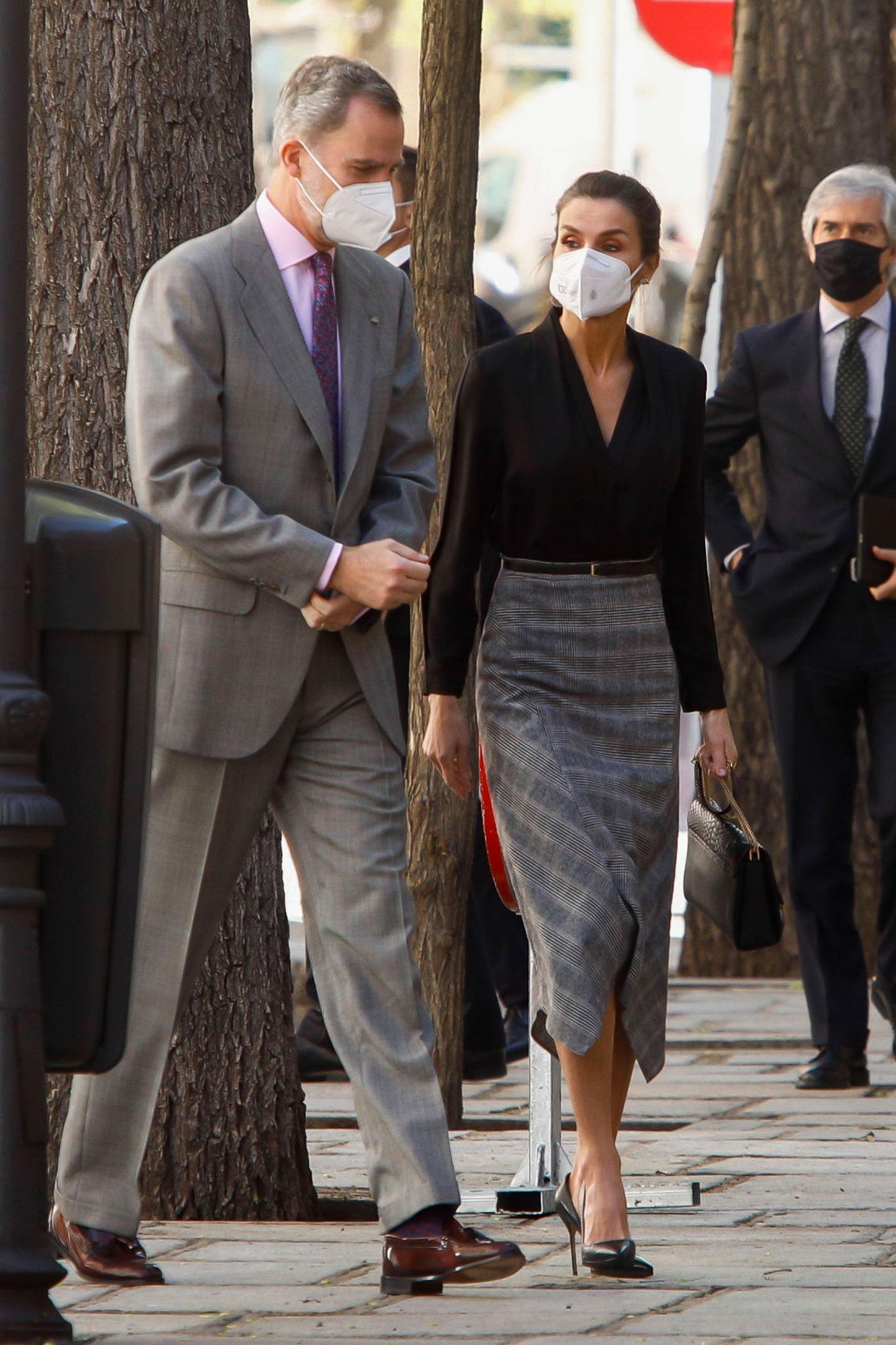 Bei diesem Termin in der royalen Tapetenfabrik in Madrid gehtes um schöne Stoffe und besondere Muster – und auch Königin Letizia ziehtstyletechnisch mit: Ihre schlichte Bluse von Sandro kombiniert sie zum karierten Rock von Massimo Dutti. Wie so oft an ihren Füßen: spitze Pumps.