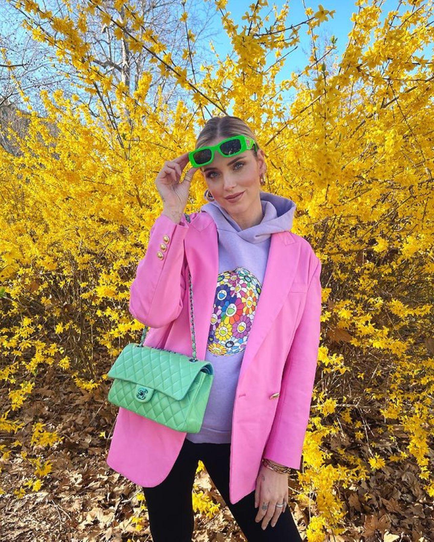 Neonfarben vertreiben den Winter-Blues und sorgen sofort für gute Laune! BeliebtesStylingvorbild ist Chiara Ferragni. Die schwangere Unternehmerin kombiniert gleich mehrereKnallfarben miteinander und setzt dem Neon-Look mit ihrer luxuriösen Chanel-Tasche in der Farbe Mint das Krönchen auf.