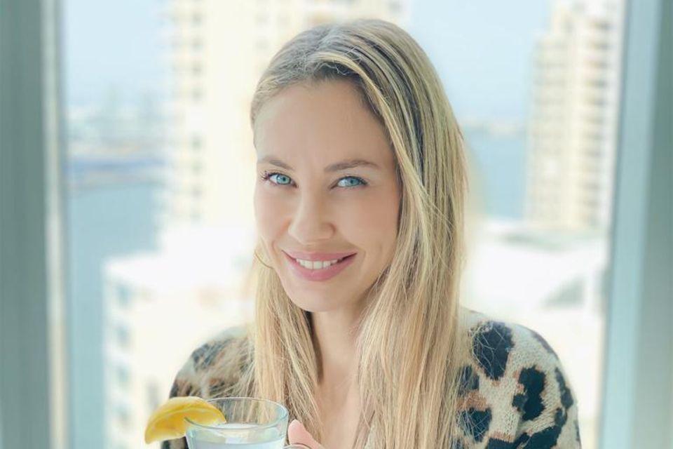Alessandra Meyer-Wölden startet in ihrer Heimat Miami jeden Morgen mit einer Tasse heißem Wasser mit Zitrone in den Tag