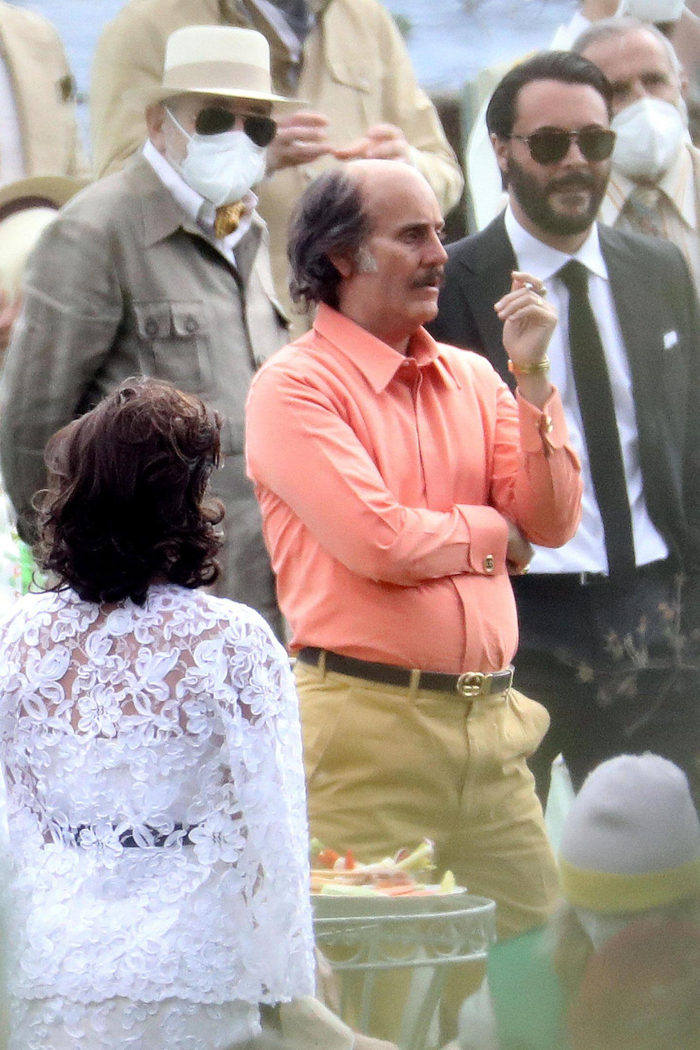 """Kaum wiederzuerkennen istJared Leto am Set von """"House of Gucci"""". Für seine Rolle im neuenFilm desRegisseurs Ridley Scotthat der Hollywood-Beau, der eigentlich für seine lange Mähne bekannt ist, ordentlich Haare gelassen. Aber keine Sorge, dafür bedarf es keiner Schere, sondern dem Handwerk talentierter MaskenbildnerInnen."""