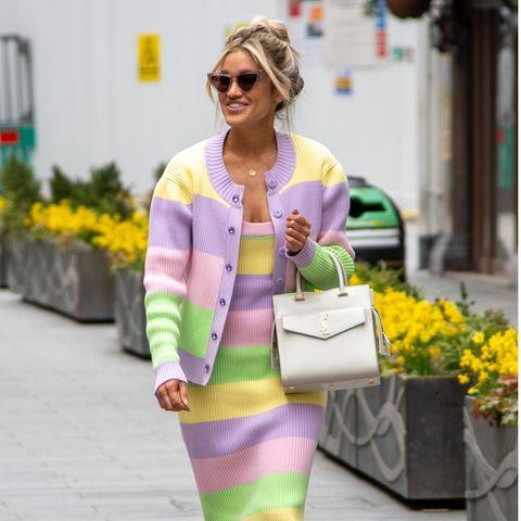"""Eine Styling-Inspiration, die wir Ihnen aufkeinen Fall vorenthalten wollen, ist Ex-""""Pussy Cat Dolls""""-Mitglied Ashley Roberts. Die US-amerikanische Sängerin und Schauspielerin verzaubert mit ihrem außergewöhnlichen Sinn für Mode. Auf unserer Shoppingliste steht jedenfalls dank diesem Schnappschussein Schlauchkleid aus Strick mit frühlingshaften Farben im Color-Blocking-Stil."""