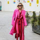 Pink und Rot passennicht zusammen? Wie toll die beiden Farben harmonieren können, demonstriert uns Sängerin Ashley Roberts in ihrem Streifen-Ensemble aus Rot- und Pink-Tönen.