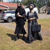 Anlässlich der Trauerfeier reist Fürstin Charlène inssüdafrikanischeNongoma. Ganz in Schwarz gekleidet nimmt sie gemeinsam mit anderen Gästen Abschied vom König der Zulu.