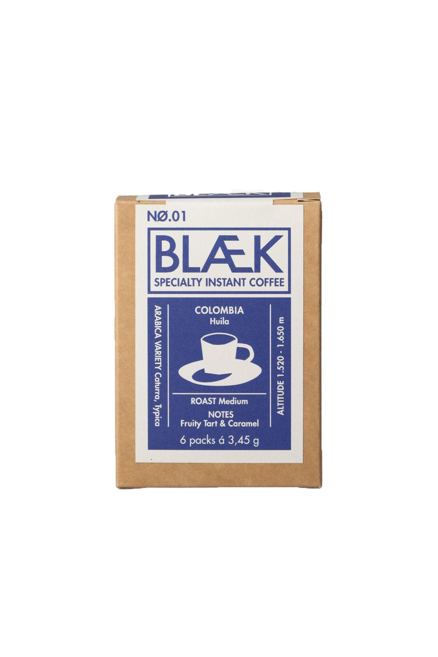 """Kaffee mit CharakterKlein, praktisch und lecker sind die kleinen Instant-Tütchen, die perfekten Kaffeegenuss im Handumdrehen garantieren. """"Specialty Instant Kaffee"""" von Blaek, ca. 7 Euro (6 Packungen)"""