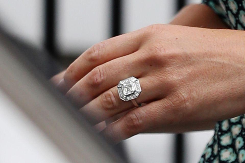 Seit 2016 funkelt der besondere Ring an Pippas Hand.