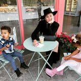 Die Idee für den kleinenEis-Ausflug mit den Kids hat Chrissy Teigen. Sie selbst entscheidet sich für einen Iced Latte und lächelt zuckersüß in die Kamera.