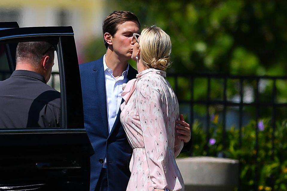 Bei Ivanka Trump und ihrem Ehemann Jared Kushner scheinen Frühlingsgefühle in der Luft zu liegen. Nach ihrem Besuch bei Schwager Joshua Kushner und Karlie Kloss, die gerade ihr erstes Kind bekommen haben, zeigt sich das Paar glücklich und verliebt. Ivanka trägt dabei ein pastelliges Kleid von Valentino mit Heels von Gianvito Rossi.