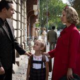 Im poppig bunten Berlin der 60er-Jahre ziehenFreddy (Trystan Pütter) und Monika ihre gemeinsame Tochter Dorligroß. Doch für wen schlägt Monikas Herz wirklich?