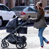 In New York schiebt Emily Ratajkowski ihren Sohn Sylvester durch die Straßen. Ebenso stylish wie der Look der Mama ist auch der Kinderwagen: Emily entscheidet sich für den Vista V2 von UPPABaby in einem dunklen Blau. Ein besonderer Clou ist das ausziehbare Sonnenverdeck mit Lichtschutzfaktor 50. So ist Baby Sly nicht nur vor lästigen Blicken geschützt, sondern auch vor schädlichen UV-Strahlen.