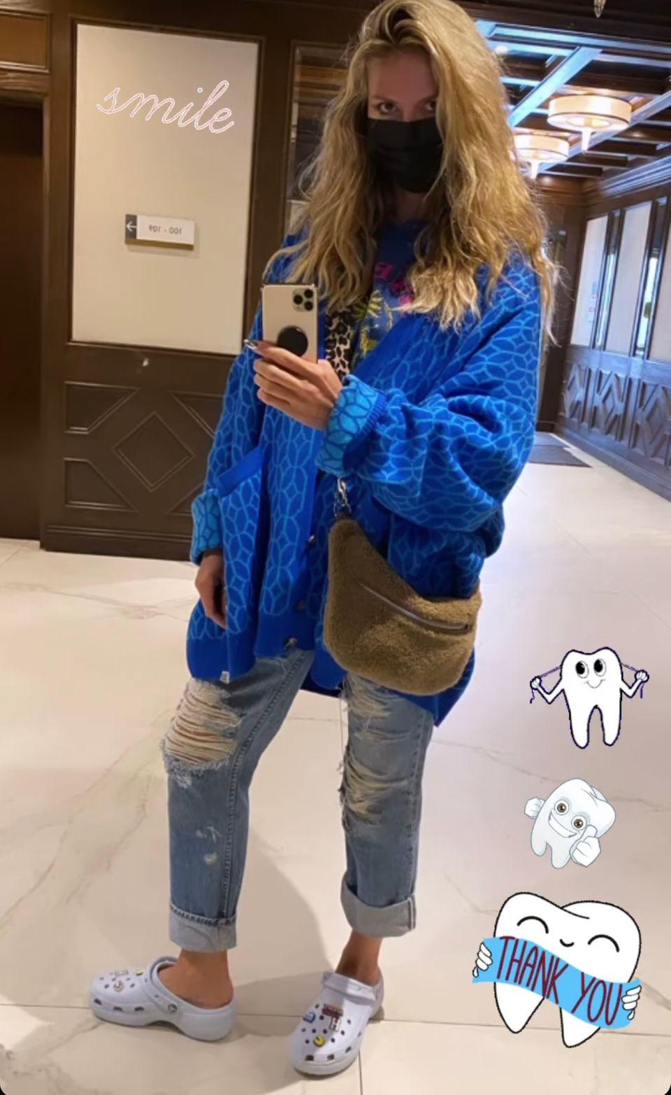 """Heidi Klum fotografiert sich mit der """"Cosy Bag"""" von Gabriele Frantzen, die Leni Klum wenige Wochen zuvor auf der Fashion Week in Berlin präsentierte."""