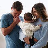 Familienglück in Himmelblau: Mario und AnnKathrin Götze haben sich für dieses schöne Familienfoto einen lässigen Partnerlook in hellen Blautönen ausgesucht, und SöhnchenRome sieht in dem Arrangement aus wie eine kleine, weiße Wolke.