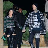 Jetzt verstecken sie ihre Liebe nicht mehr: Kourtney Kardashian und Travis Barker verlassen händchenhaltend ein Restaurant in Los Angeles. Mit Lurexbluse und Lederhose mit sexy Cutouts scheint sich die älteste der Kardashian-Schwestern zumindest ein bisschen dem Rocker-Chic ihres neuen Freundes anzupassen.