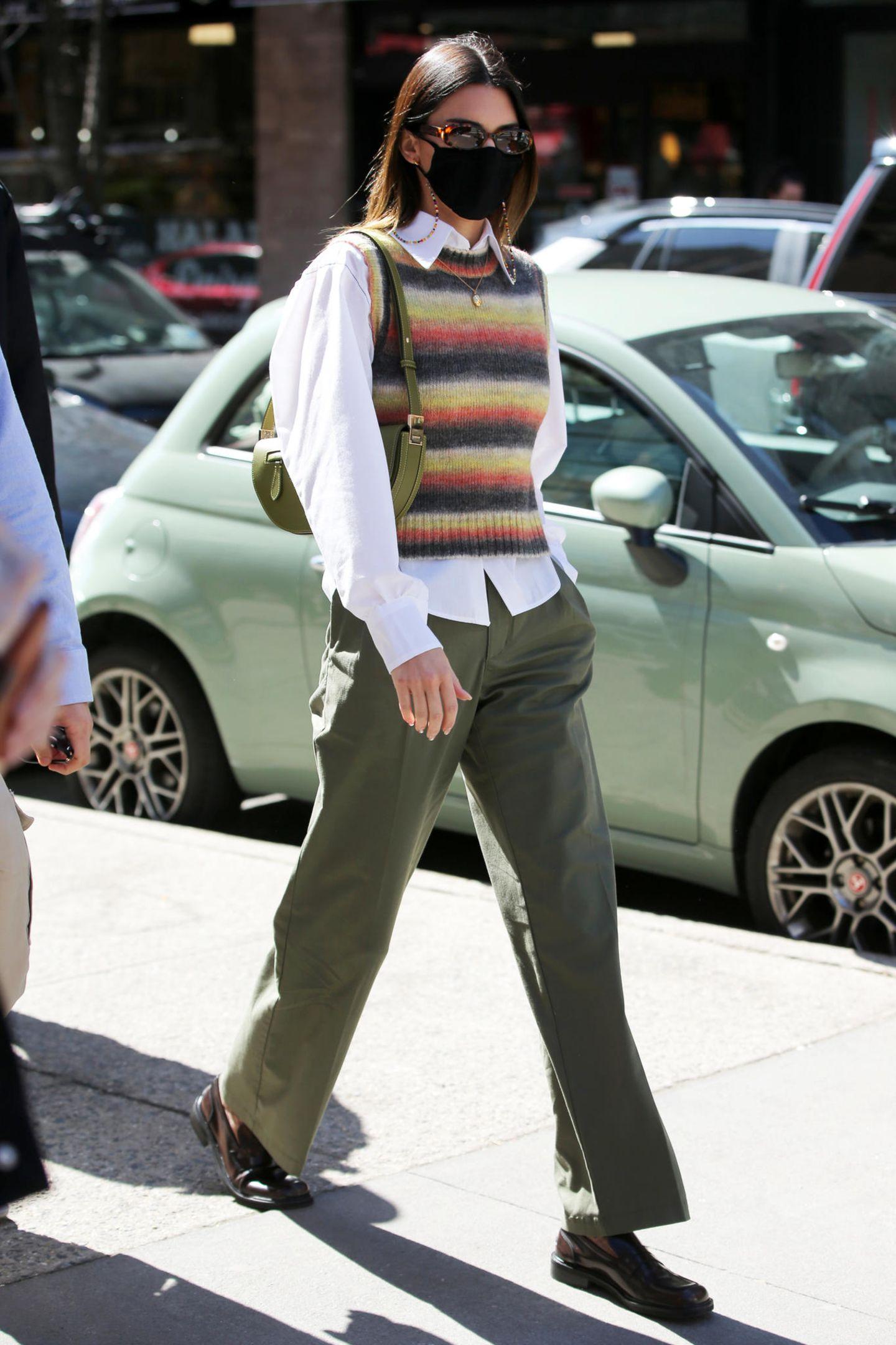 Kendall Jenner hat einen neuen Look –und wir lieben ihn! Mit weißem Hemd, Streifen-Pullunder von Mango und weiter Khaki-Hose interpretiert das Topmodel den nerdigen Professoren-Look auf ihre ganz coole Weise.