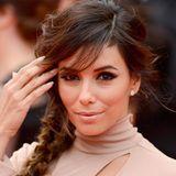"""2014  Einen echten Wow-Look präsentierte Eva Longoria bei der """"Foxcathcer""""-Premiere in Cannes: Ein seitlich und locker geflochtener Zopf und das dramatische Augen-Make-up stehen im wunderschönen Kontrast zum nudefarbenen Outfit, und auch die Lippen und die top gepflegten Nägel sind perfekt darauf abgestimmt."""