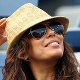 2012  Selbst mit leicht verwuschelt-krausiger Frisur sieht Eva Longoria bezaubernd aus, ansonsten sind Hüte für solche Tage schließlich auch gemacht.
