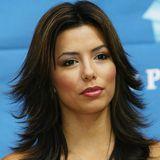 2004  Auch wenn sich dieser Haartrend nicht allzu lange gehalten hat, Mittelscheitel und nach außen geföhnte Spitzen würden bei der Schauspielerin heute immer noch gut aussehen.
