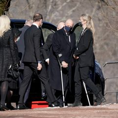 Mit seinen Kindern an der Seite erweist auch der gesundheitlich angeschlagene König Harald seinem Schwager in der Kirche von Asker die letzte Ehre.