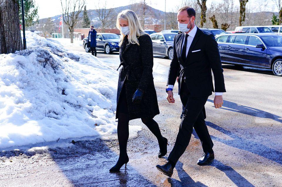 22. März 2021  Es ist ein trauriger Tag für Prinzessin Mette-Marit, Prinz Haakon und die gesamte norwegische Königsfamilie: Erling Sven Lorentzen,Ehemann der 2012 verstorbenenSchwester von König Harald, PrinzessinRagnhild von Norwegen, und somit Haakons und Märtha Louises Onkel wird in Asker beerdigt.