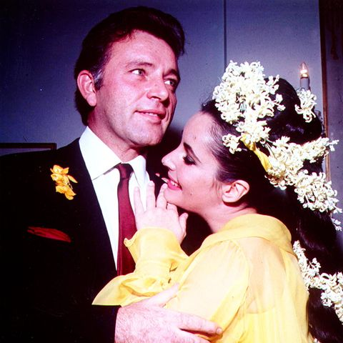 1964  Schließlich verlassen beide trotz des Gegenwindes der Öffentlichkeit ihre Ehepartner und heiraten am 15. März 1964 in Montreal, Kanada. Richard Burton ist Liz Taylors fünfter Ehemann. Zusammen sind sie – bis heute – eines der ikonischsten Liebespaare in der Geschichte Hollywoods.