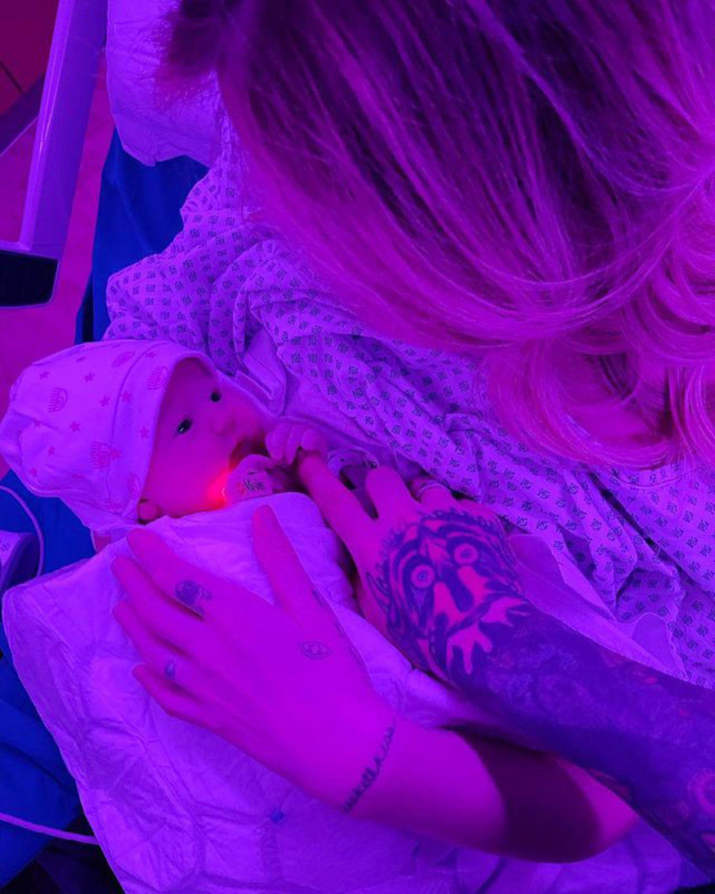 23. März 2021  Chiara Ferragni ist zum zweiten Mal Mutter geworden. Zusammen mit Rapper Fedez hat sie bereits einen zweijährigen Sohn, Leone. Nun kürt Töchterchen Vittoria das junge Familienglück. Zur Freude ihrer Fans teilt die Star-Bloggerin kurz nach der Geburt ein erstes Foto der Kleinen auf Instagram.