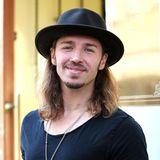 Mit Hut und schulterlangen Haaren: So kennen Gil Ofarims Fans ihren Lieblingsmusiker, doch mit der Matte ist jetzt Schluss!