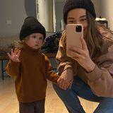 Anna Schürrle postet dieses niedliche Foto mit Tochter Kaia, die schüchtern in die Kamera schaut. Das Mutter-Tochter-Duo zeigt sich dabei im stylischen Partnerlook: Beide tragen einen dunkelbraunen Pullover und eine schwarze Mütze.
