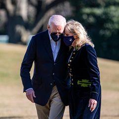 """21. März 2021  Im Weißen Haus in Washington wird enger zusammengerückt. Seit Joe Biden das Amtdes amerikanischen Präsidenten bekleidet, bestimmt das Thema """"Annäherung"""" das Tagesgeschäft, macht es den Eindruck. Der Staatschef und Ehefrau Jill machenes vor. Ein hoffnungsvolles Bild des Vertrauens, das zur Inspiration werden könnte für ein gespaltenes Land."""