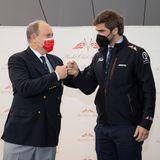 22. März 2021  Fürst Albert und Profi-Segler Boris Herrmann geben sich professionell die Corona-Faust, bevor der monegassische Royal dem Pechvogel der RegattaVendée Globe 2020/2021 die Mitgliedskarte des Yacht Club de Monaco sowie die Krawatte der Mitglieder überreicht.