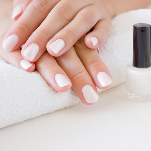 Gel-Nagellack-Test: Drei Produkte im Vergleich, frische Maniküre, weiß lackierte Fingernägel