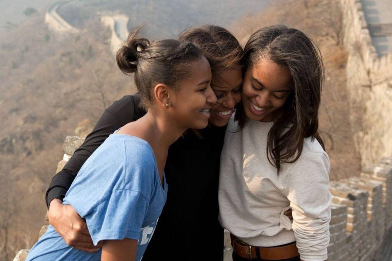 Michelle Obama mit ihren Töchtern Sasha Obama (links) und Malia Obama (rechts)