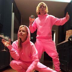 Partyposen in Pink:Georgia May Jagger gratuliert ihrem besten Freund Brett Grace mit einem weinseligen Foto, das die beiden im farblich mehr aus auffälligen Jogginganzügen-Style zeigt. So ein Partnerlook kann nurwahre Freundschaft bedeuten!