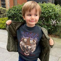 Modischen Gene kann man offenbar doch vererben – zumindest scheint das bei Model Vogue Williams und ihrem Sohn Theodore der Fall zu sein. Als würde er schon ganz bald die Laufstege dieser Welt erobern wollen, posiert er wie ein Großer für die Kamera seiner Mama und präsentiert dabeistolz sein cooles Sweatshirt von Anine Bing.