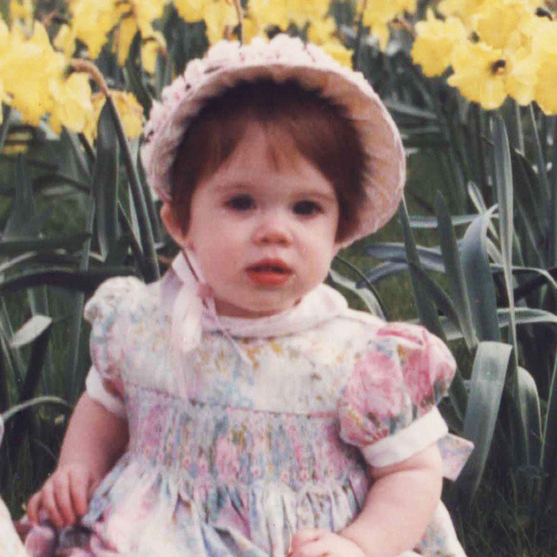 23. März 2021  Happy Birthday, Prinzessin Eugenie! Mit diesem bezaubernden Foto inmittenvon Osterglocken gratuliert Sarah Ferguson mit tiefster Dankbarkeit ihrer jüngeren Tochter zum 31. Geburtstag. An genau dieses Bild mag sich Eugenie auch erinnert haben, als sie ihren kleinen August einige Tage zuvor in einer ähnlichen Situation fotografierteund damit die royalen Fans erfreute.