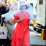Auch der dritte Look von Rachel Brosnahan als Miriam Maisel versprüht gute Laune. Hut und Lippenstift sindperfekt auf das pinkfarbene Outfit abgestimmt.