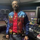 """Auch heute noch macht Snoop Dogg immer noch Musik; steht dafür mehrmals die Woche in einem Tonstudio. Dazu schreibt der 49-Jährige auf Instagram: """"Late Night Work"""". Für die Musik opfert der Sänger, der mittlerweile schon leicht ergraut ist, also heute noch wertvolle Stunden seines Schlafs. Eben ein Vollblutmusiker durch und durch."""