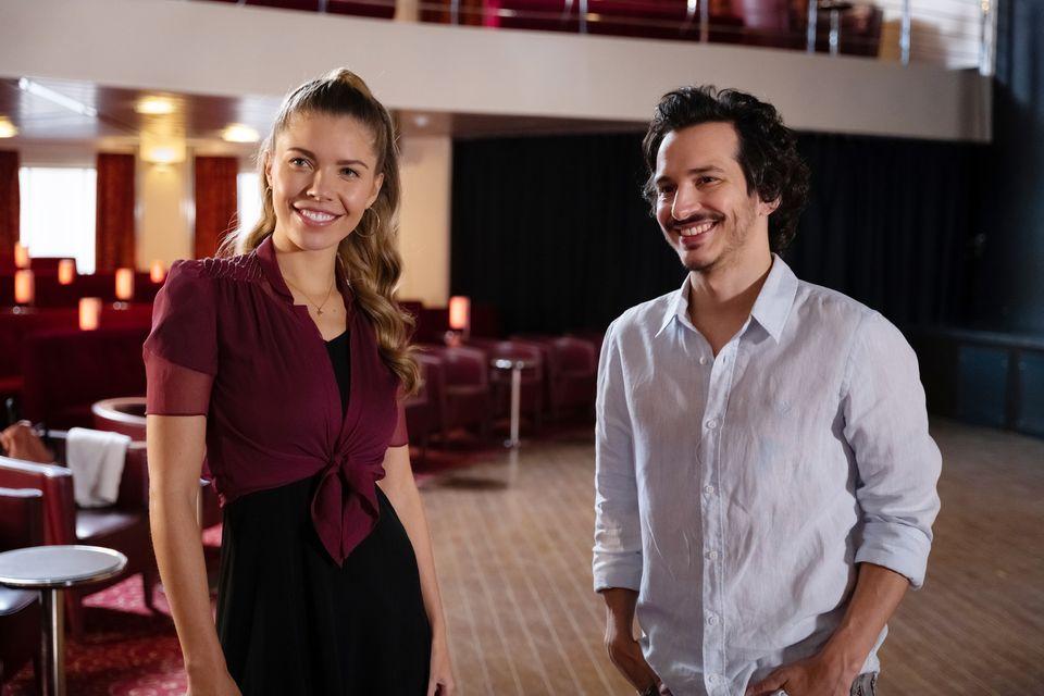 """Victoria Swarovski spielt in der """"Traumschiff""""-Folge Tänzerin Mia – hier neben Schauspieler Ferdi Özten. Die Folge wird am Sonntag,  den 4. April, um 20:15 Uhr im ZDF ausgestrahlt."""