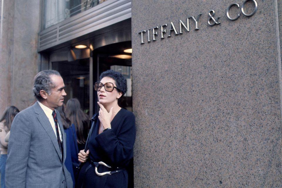 Designerin Elsa Peretti vor dem New Yorker Store von Tiffany