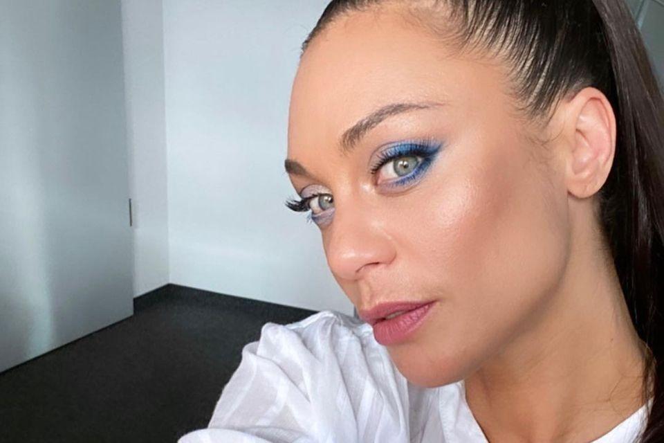 Lilly Becker überrascht mit diesem bunten Augen-Make-up! Die Ex-Frau von Tennislegende Boris Becker unterstreicht sonst eher ihre natürliche Schönheit mit dezenten Farben. Jetzt greift sie zu blauem Lidschatten, den siejeweils nur am Außenwinkel aufträgt. Dabei fokussiert sie sich auf den Wimpernkranz, sodass ein softer Eyeliner-Look entsteht. Ihre grünen Augen stechen dadurch noch mehr hervor!