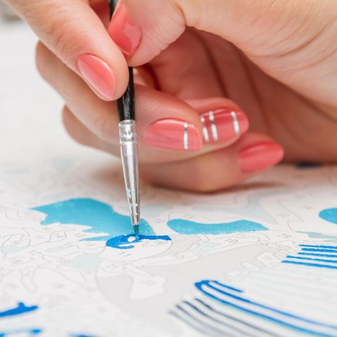 Hand mit Pinsel, Malen nach Zahlen, Bild ausmalen