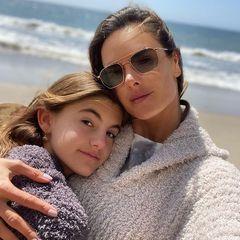 Seite an Seite gekuschelt: Topmodel Alessandra Ambrosio hält ihre 12-jährige Tochter Anja ganz fest im Arm. Die Ähnlichkeit von Mutter und Tochter lässt sich nicht leugnen. Die braunen Augen, die glatten, langenHaare – auch die Nasen von Mutter und Tochter sind gleich. Ob Anjaauch beruflich in die Fußstapfen der Mama treten möchte? Alessandras Modelkarriere startete bereits mit 12 Jahren.