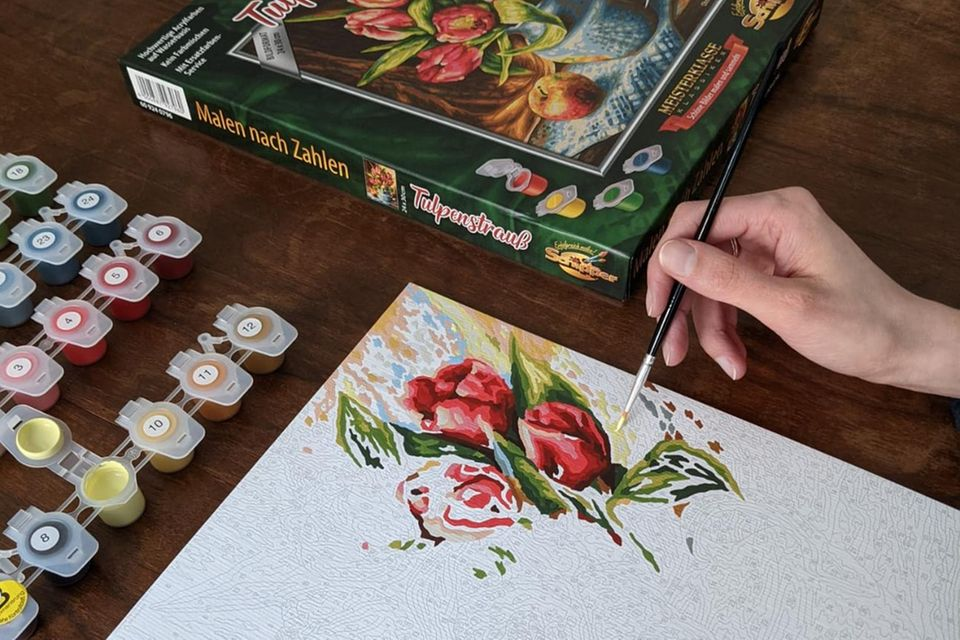 Hand mit Pinsel, Malen nach Zahlen, Bild ausmalen, Blumen
