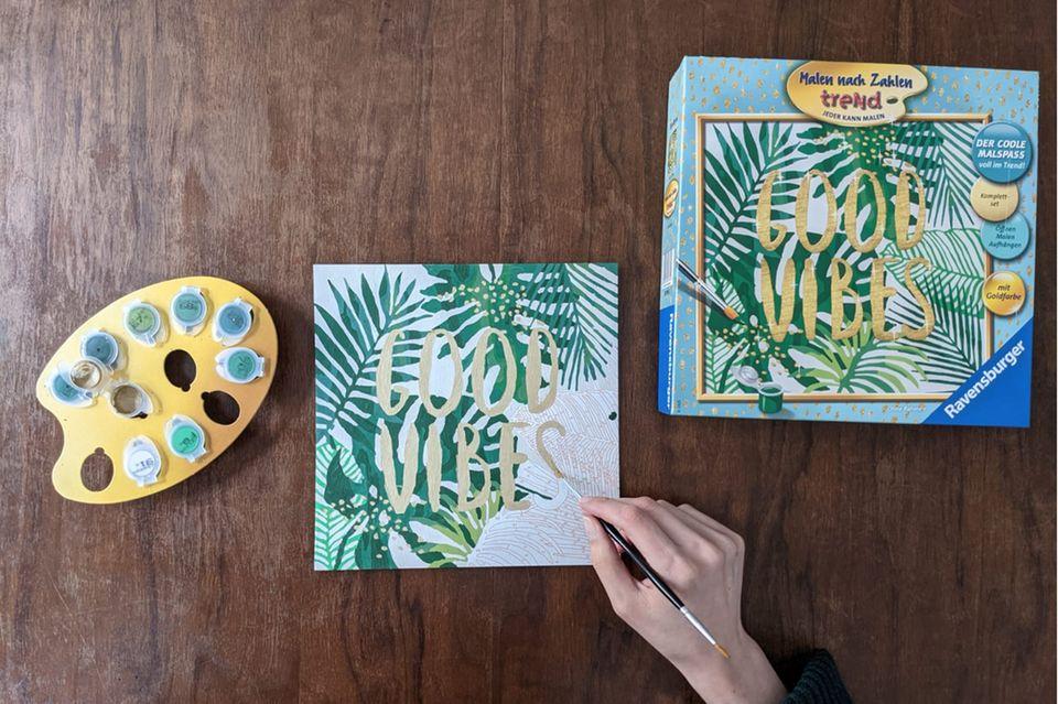 Hand mit Pinsel, Malen nach Zahlen, Bild ausmalen, Blätter