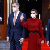 Königin Letizia und König Felipe reisen nach Andorra. Beim Antrittsauftritt trägt Letizia ein fließendes rotes Kleid von Massimo Dutti, das sie mit einem Taillengürtel figurbetont stylt. Dazu trägt sie eine Clutch von Reliquiae.