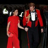 Herzogin Meghan ist ebenfalls bekennender Fan von spitzen roten Pumps. Bei einem ihrer letzten Auftritte als Senior Royal an der Seite von Prinz Harry wählte sie ein Modell aus Wildleder von Stuart Weitzman (rund 120 Euro).