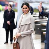"""Herzogin Meghan, die offensichtlich auch für andere Royals als Stilvorbild gilt, trägt die """"Romy""""-Pumps von Jimmy Choo in einem dunklen Braunton mit Samtoptik."""